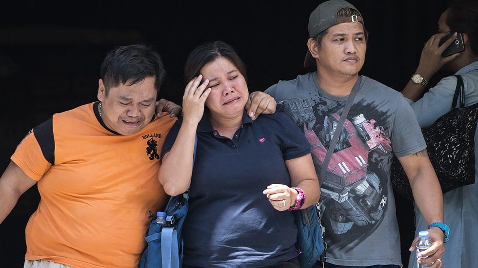 Familiares de las víctimas del asalto en el complejo hotelero de Manila