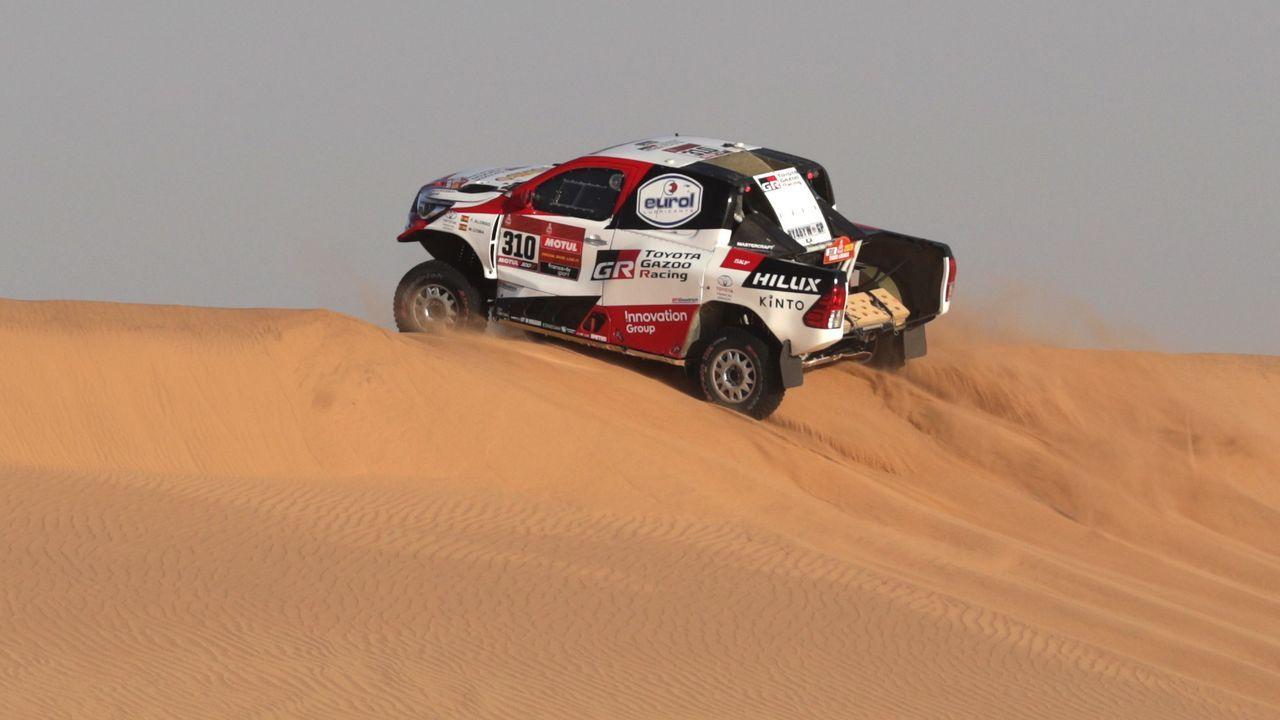 Probamos el Lexus ES 300h Executive.El piloto español de Toyota, Fernando Alonso (izda), a su llegada al campamento del Dakar en Wadi Al Dawasir (Arabia Saudí), tras finalizar la séptima etapa del rally, donde finalizó en la sexta posición