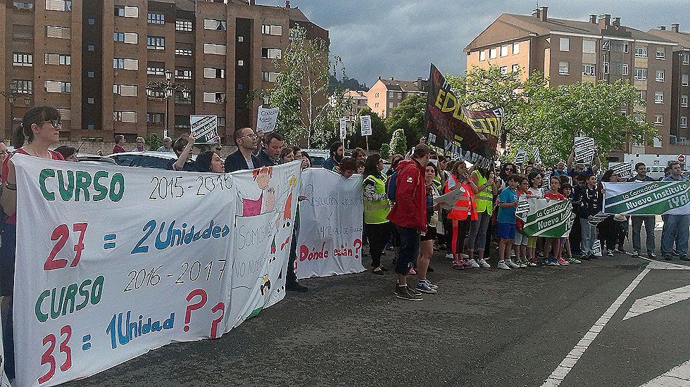 Concentración de docentes interinos ante la Junta General.Padres de La Corredoria protestan contra los recortes educativos a la salida de un mítin de Pedro Sánchez.