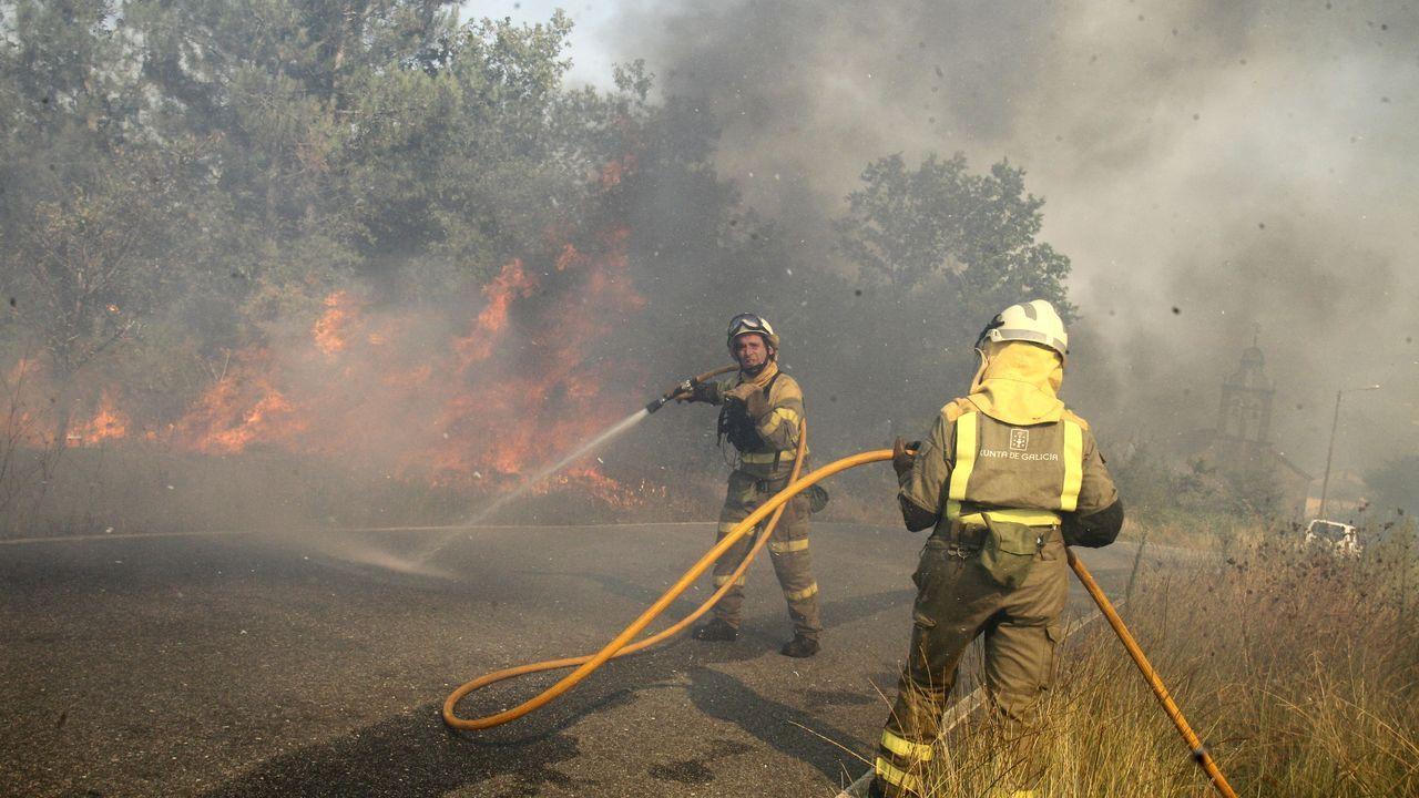 Vecinos de Seoane observan con inquietud el incendio