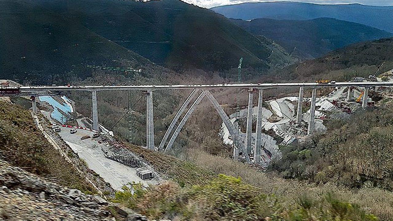 Hitos kilométricos en Galicia.Marzo del 2019: en esta imagen, tomada hace unos diez días, el tablero derecho estaba a punto de llegar al estribo. Se completará este mes.