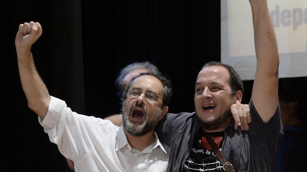 La CUP multiplicará su presencia en el Parlament al pasar de 3 a 10 escaños. En la imagen, el cabeza de lista de la formación independentista Antonio Baños junto a David Fernández