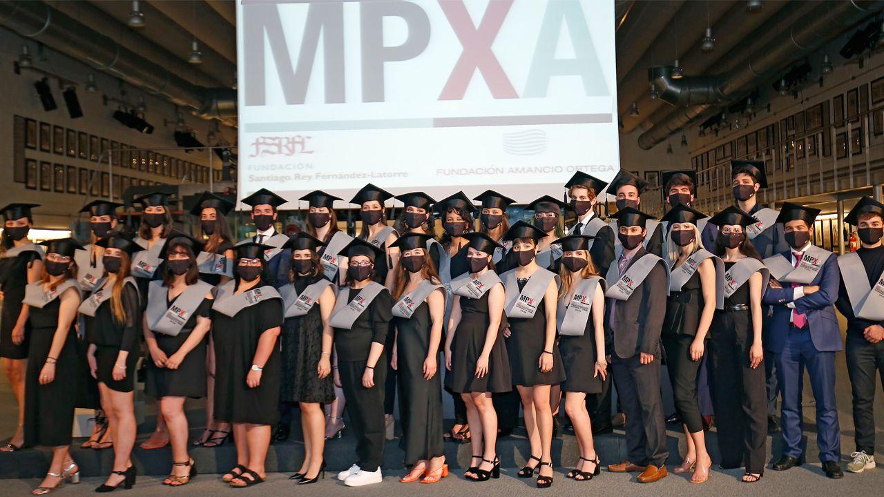 fake.Los alumnos de la promoción 2019-2020 posaron en una foto de grupo tras la celebración de la graduación