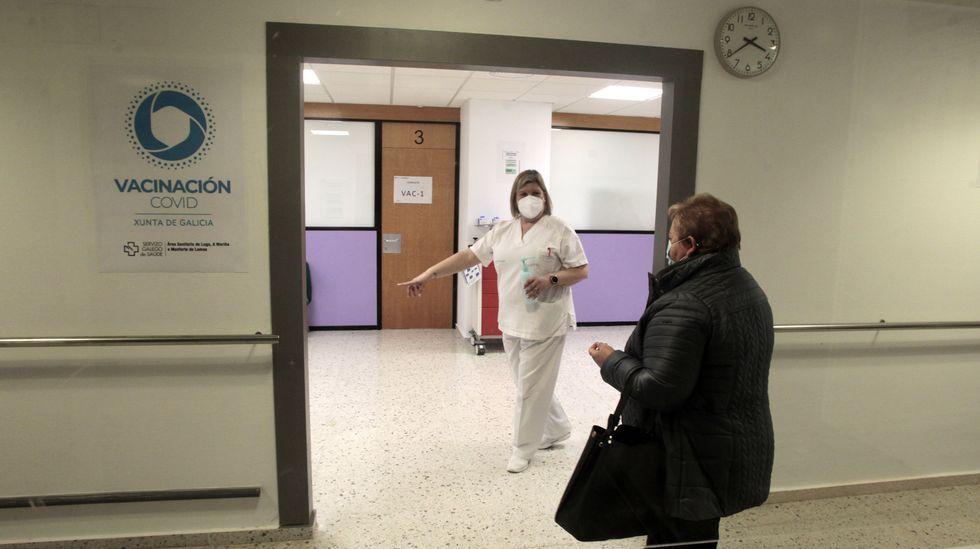 Este martes fueron citadas unas seiscientas personas para recibir la vacuna en el hospital de Monforte