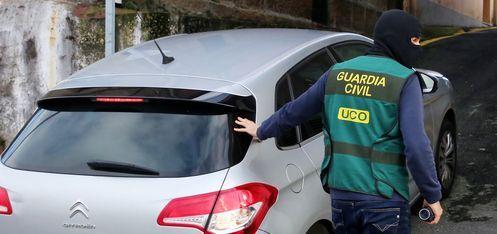 Uno de los agentes que participó en el registro de hoy en el exterior de la vivienda de Vigo