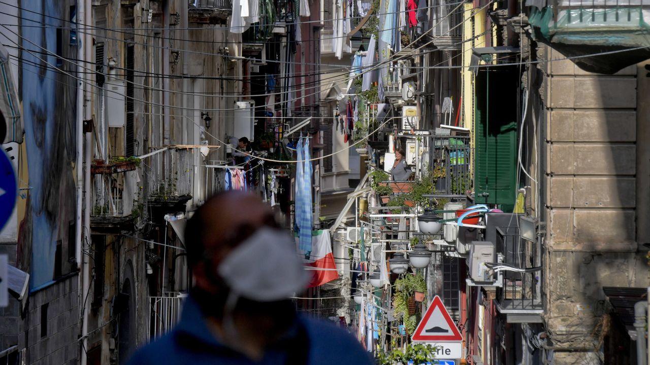 Un hombre camina por las solitarias calles de Nápoles durante el confinamiento