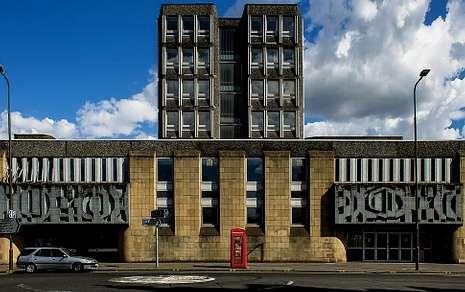 OTRA VISIÓN. Arriba, el edificio Argyle House. En este edificio expondrán Manuel Eirís (obra superior) y Misha Bies Golas (izquierda) aportando su visión de Edimburgo y reinterpretando el pasado de las propias instalaciones.