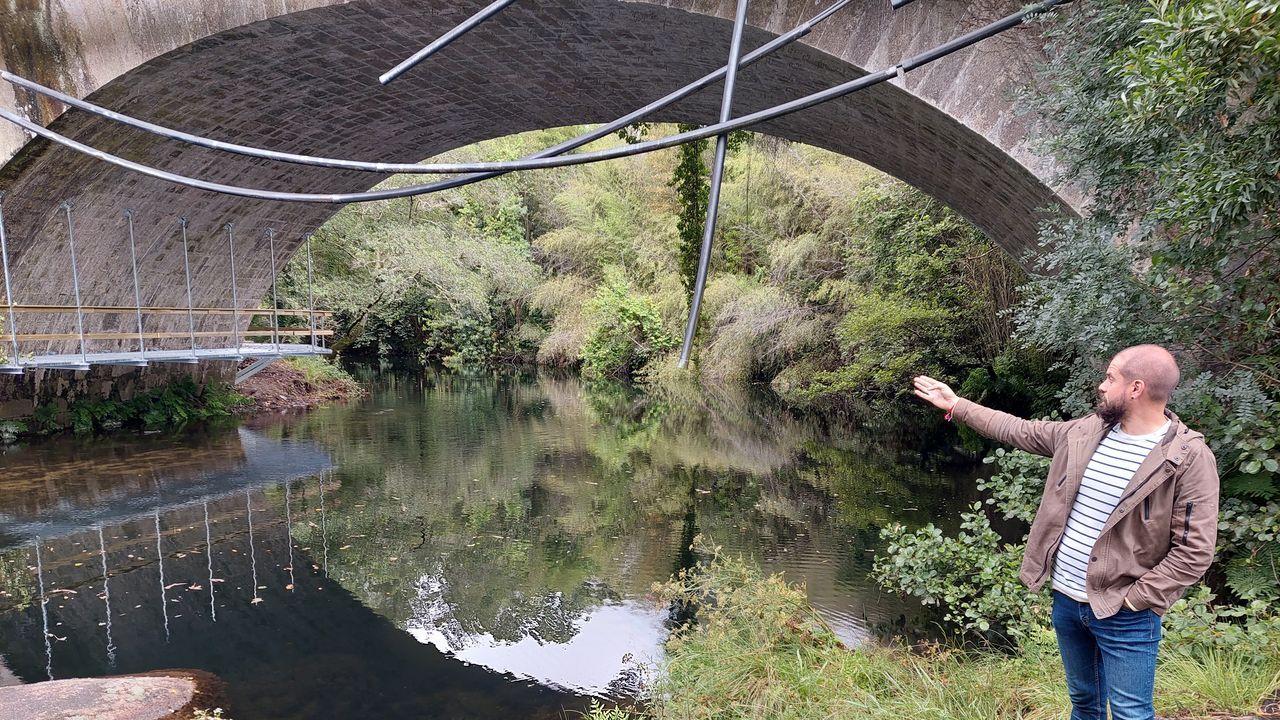 El concejal Iván Puentes muestra la nueva pasarela que conecta las sendas del Lérez y del Almofrei