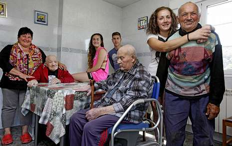Pilar (primera por la izquierda), junto a su familia y a Eva María (segunda por la derecha) que le ayuda en casa.