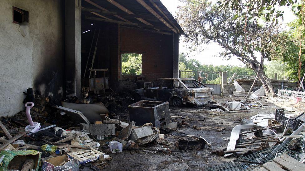 Recorrido en imágenes por el Camiño da Empardeada.Aspecto que presentada el domingo por la tarde el cobertizo quemado, con el coche destruido por el fuego todavía sin retirar