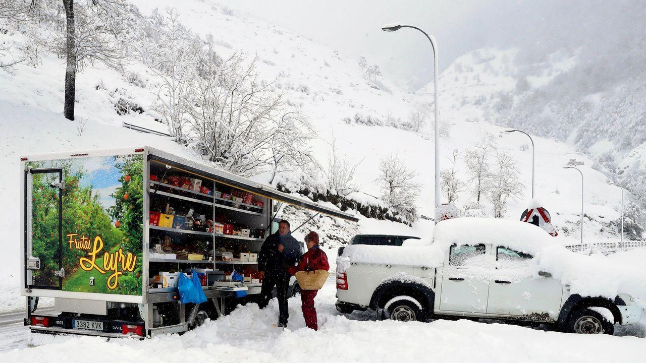 Aspecto que presenta el pueblo de Pajares a causa del temporal de nieve.