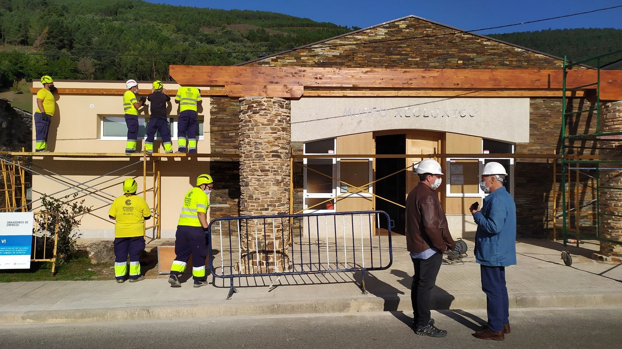El alcalde Julio Álvarez -en primer término, a la derecha- inspecciona las obras, que son ejecutadas por el taller del empleo comarcal