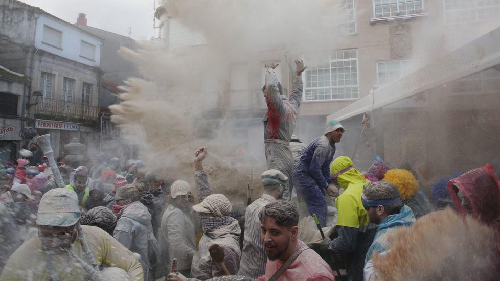 El fareleiro descarga su harina sobre Xinzo.Enrique Cabana elabora las vasijas que se lanzarán en el domingo oleiro de Xinzo