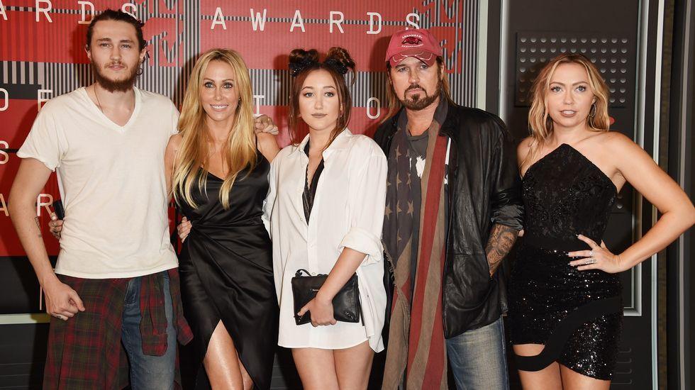 Braison Cyrus, Tish Cyrus, Noah Cyrus, Billy Ray Cyrus y Brandi Glenn Cyrus antes de la gala