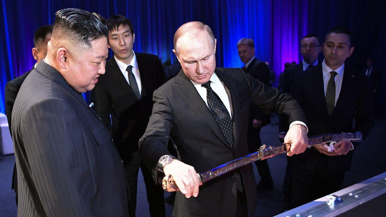El líder norcoreano, Kim Jong-un, recibe un sable del presidente ruso, Vladimir Putin.