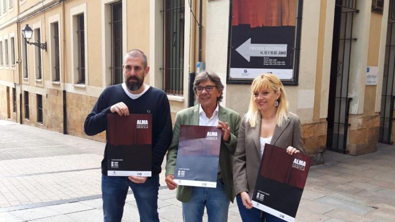 Gascona, sidra, sidrerías,.Roberto Sánchez Ramos, junto a la directora de Alma Gráfica, Marta Fermín, y su coordinador, José Castellano.
