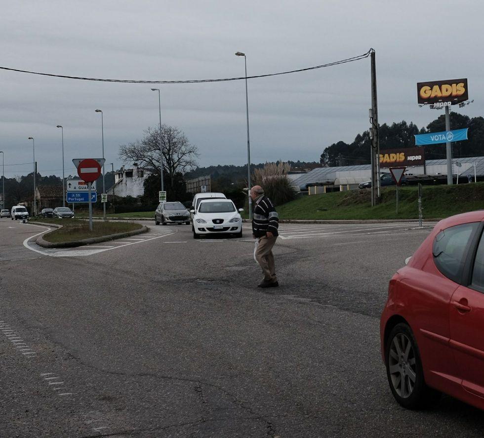 La oscuridad envuelve la doble calzada al atravesar el término municipal de Mos por la falta de alumbrado.