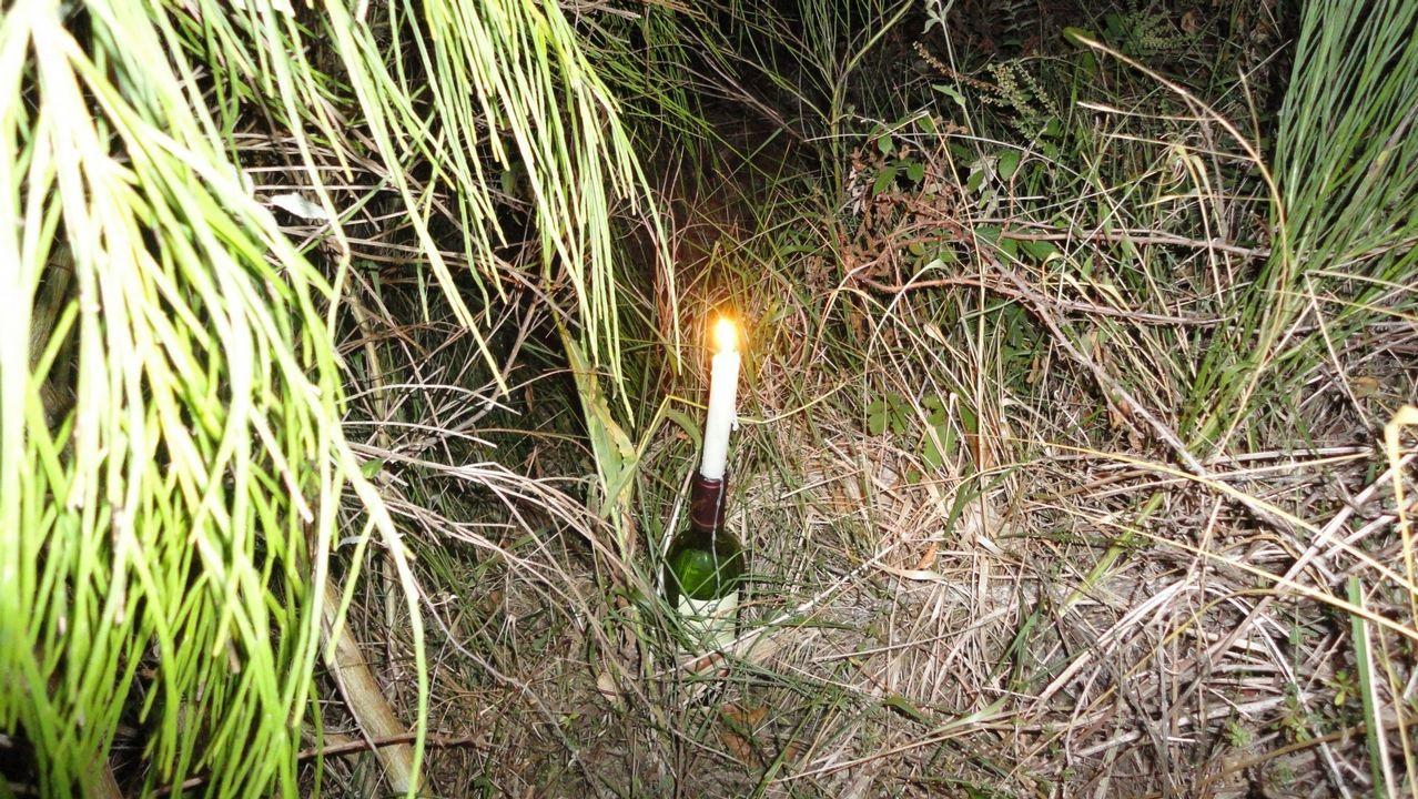 SOS Courel se topó en septiembre de 2010 con una vela encendida sujetada por una botella en la cuneta de carretera de acceso a la aldea de Paderne, parroquia de Meiraos, concello de Folgoso do Courel