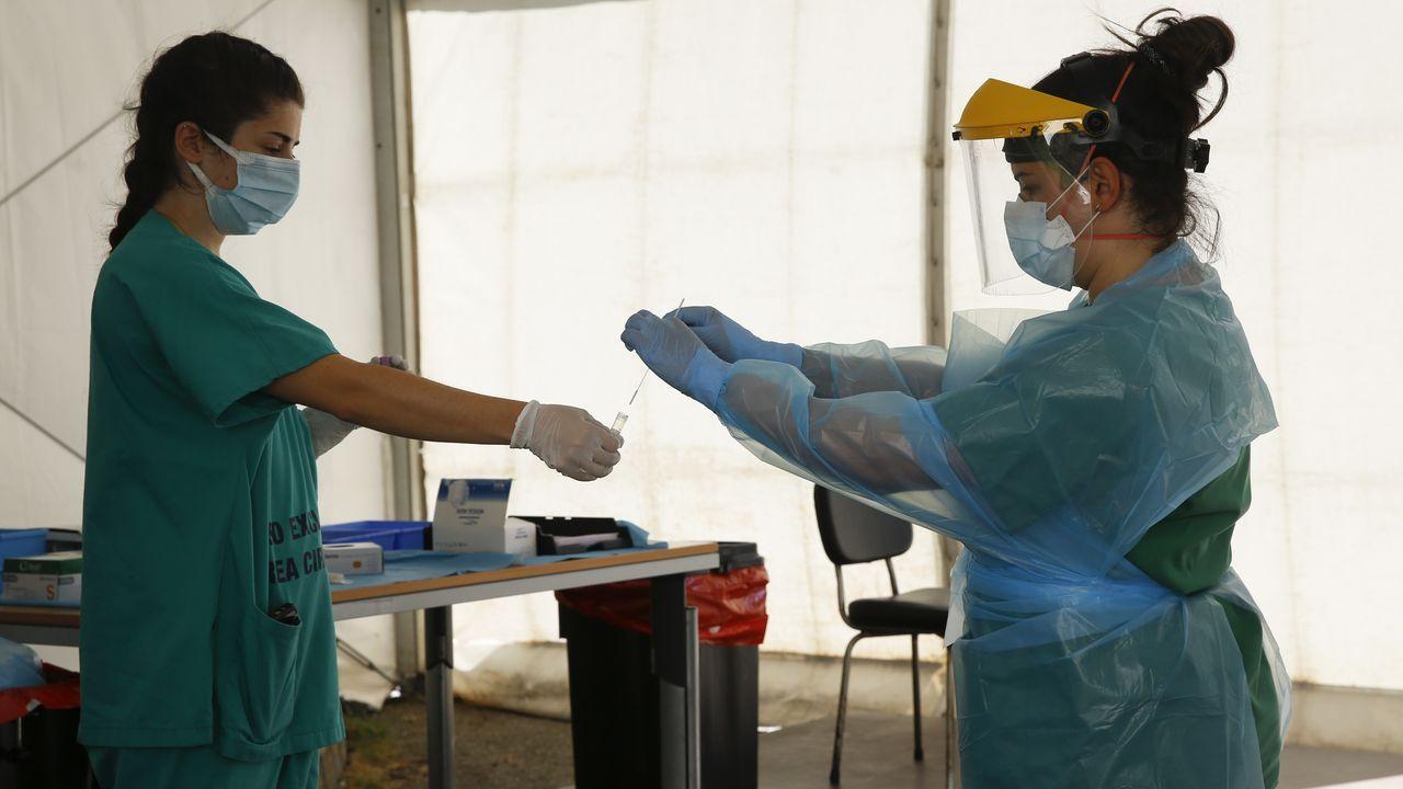 Feijoo: «A situación epidemiolóxica de Galicia é boa, a de A Coruña é mala».Un enfermero realiza test PCR en la sede del 061 en Zaragoza