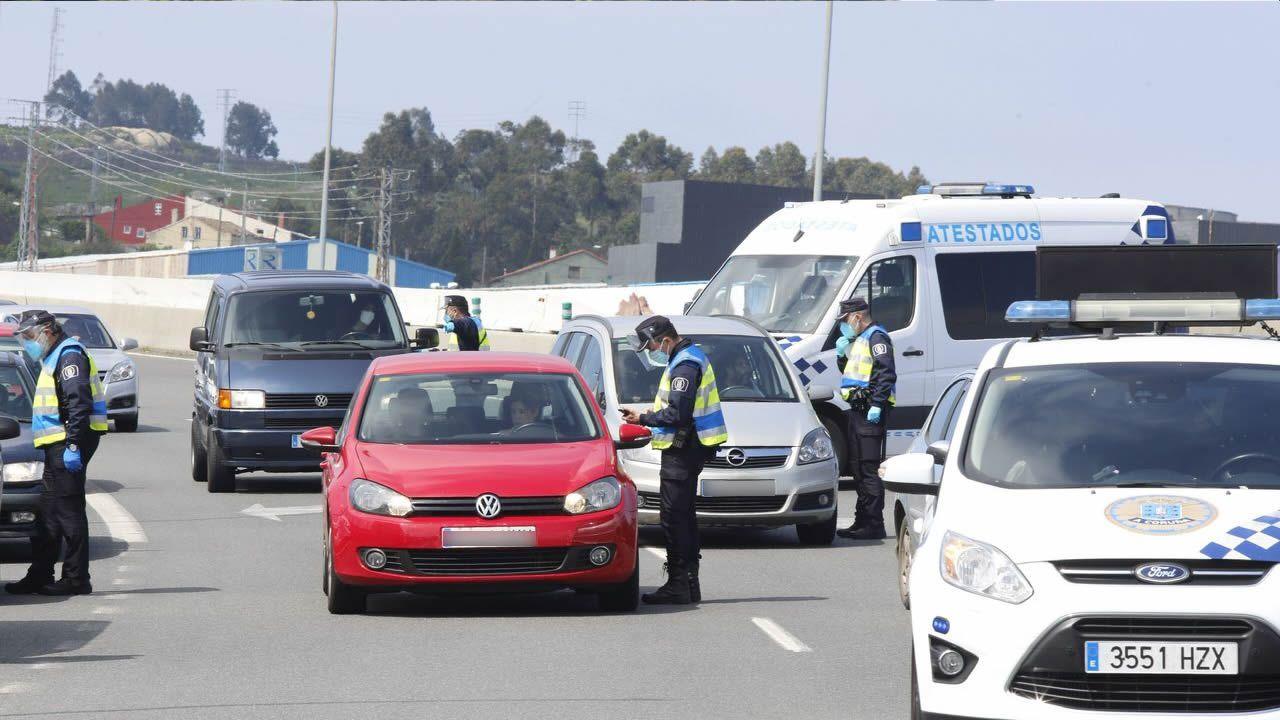Control de la Policía Local de A Coruña en la tercera ronda, a la altura de la salida del centro comercial Marineda