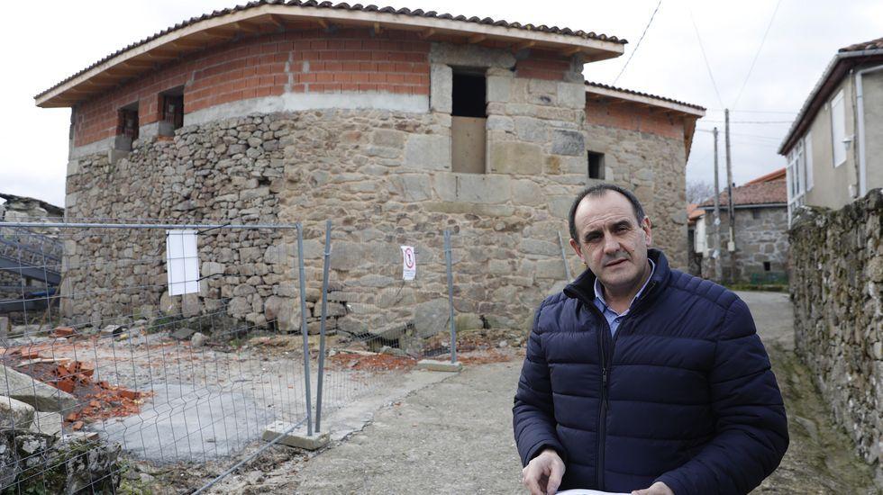 Aquilino Domínguez, alcalde de Parada de Sil delante de una de las viviendas