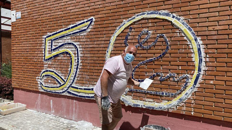 Un mural para conmemorar los 50 años del IES Martaguisela.Sara Inés Vega, Leonardo Lemos y representantes de la Federación de Entidades Galegas, con el cuadro de Francisco Naranjo.