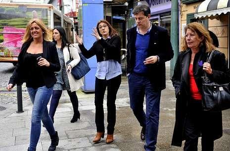 Soraya Rodríguez (centro), junto a Besteiro y otras representantes socialistas, ayer en Ferrol.