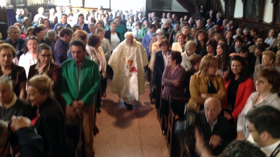 La iglesia, abarrotada, recibe al padre Ángel.La iglesia, abarrotada, recibe al padre Ángel