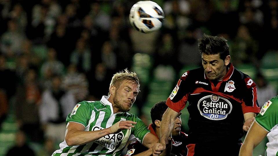 Fotos del Betis 1 - Deportivo 1.El portugués Bruno Gama cae al suelo ante la contundente entrada del exdeportivista Filipe Luis.