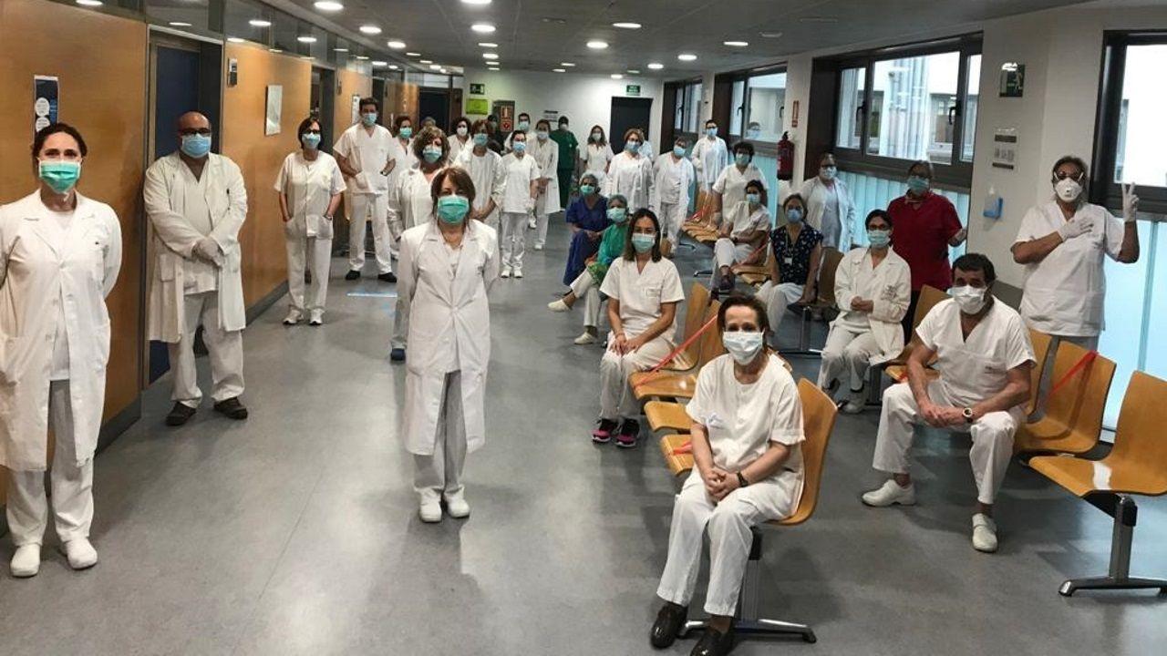 Emotiva salida del segundo paciente con coronavirus de la uci del Chuac.Parte del equipo del centro de salud de Atención Primaria de la Casa del Mar manteniendo la distancia de seguridad frente al coronavirus
