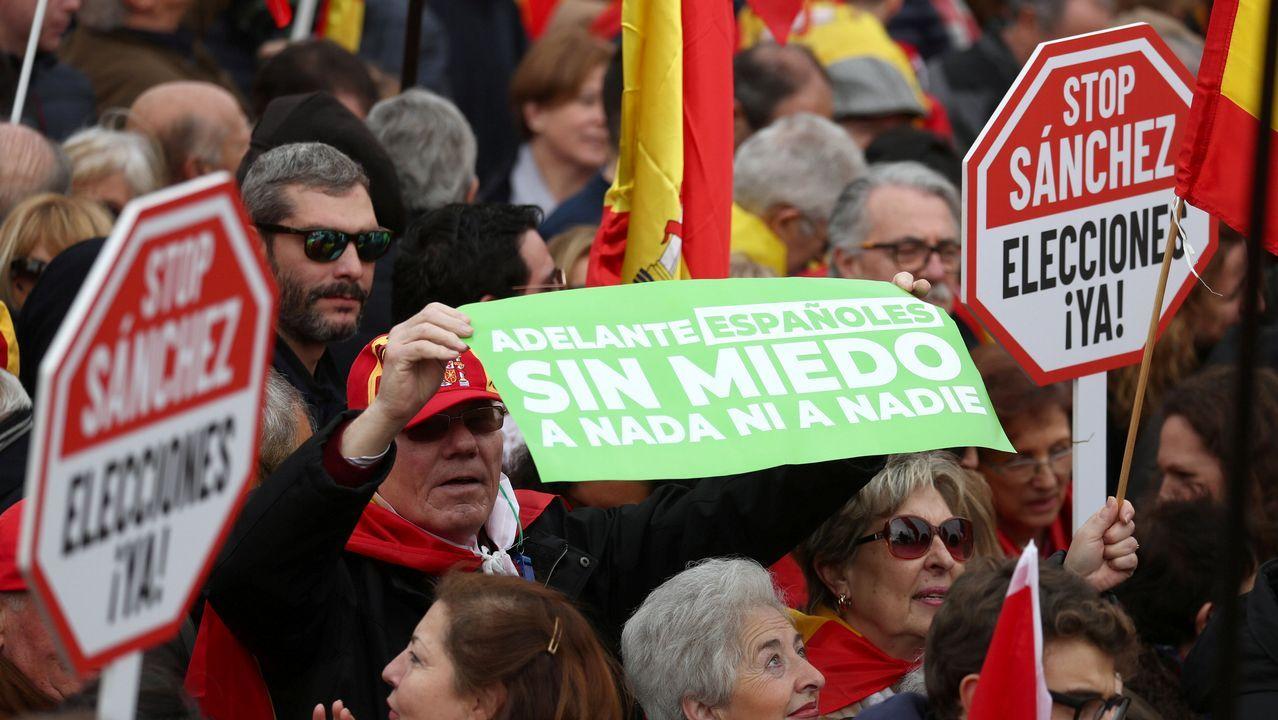 El presidente de Vox, Santiago Abascal; el presidente del PP, Pablo Casado; y el presidente de Ciudadanos, Albert Rivera, se fotografían juntos en la concentración en la Plaza de Colón