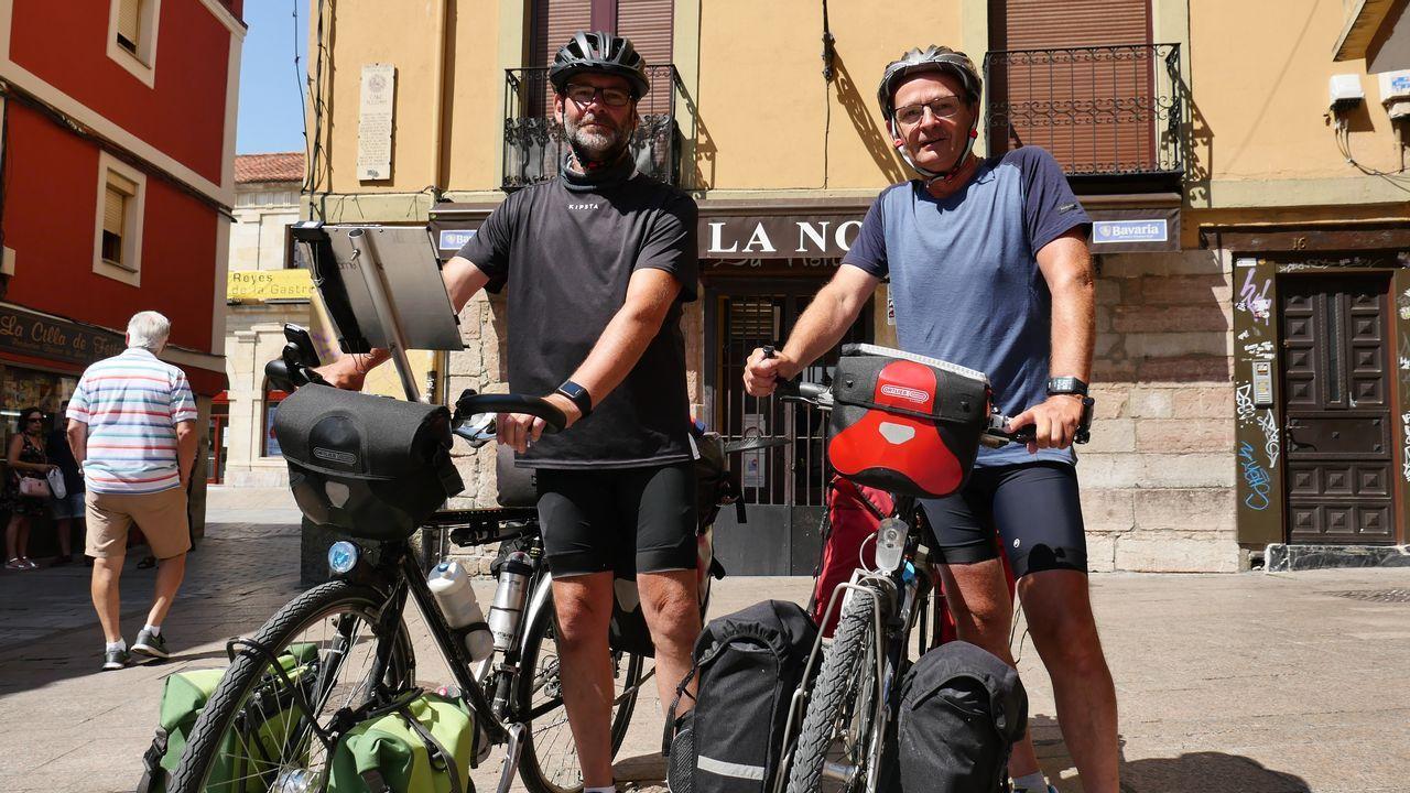 Dos peregrinos belgas, en la plaza de San Martín, en León
