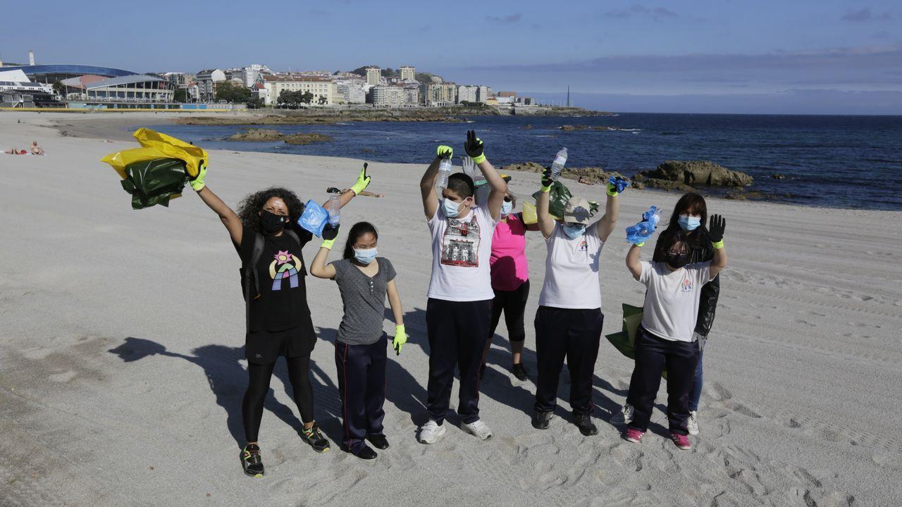 El equipo verde de Aspronaga, esta mañana limpiando la playa de Riazor
