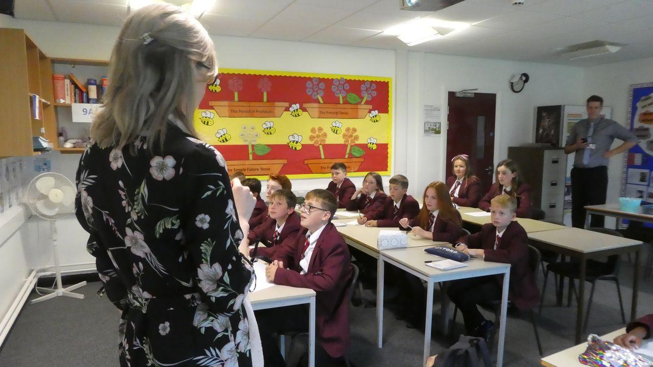 Un profesor monitoriza a outra durante unha clase no St. John's