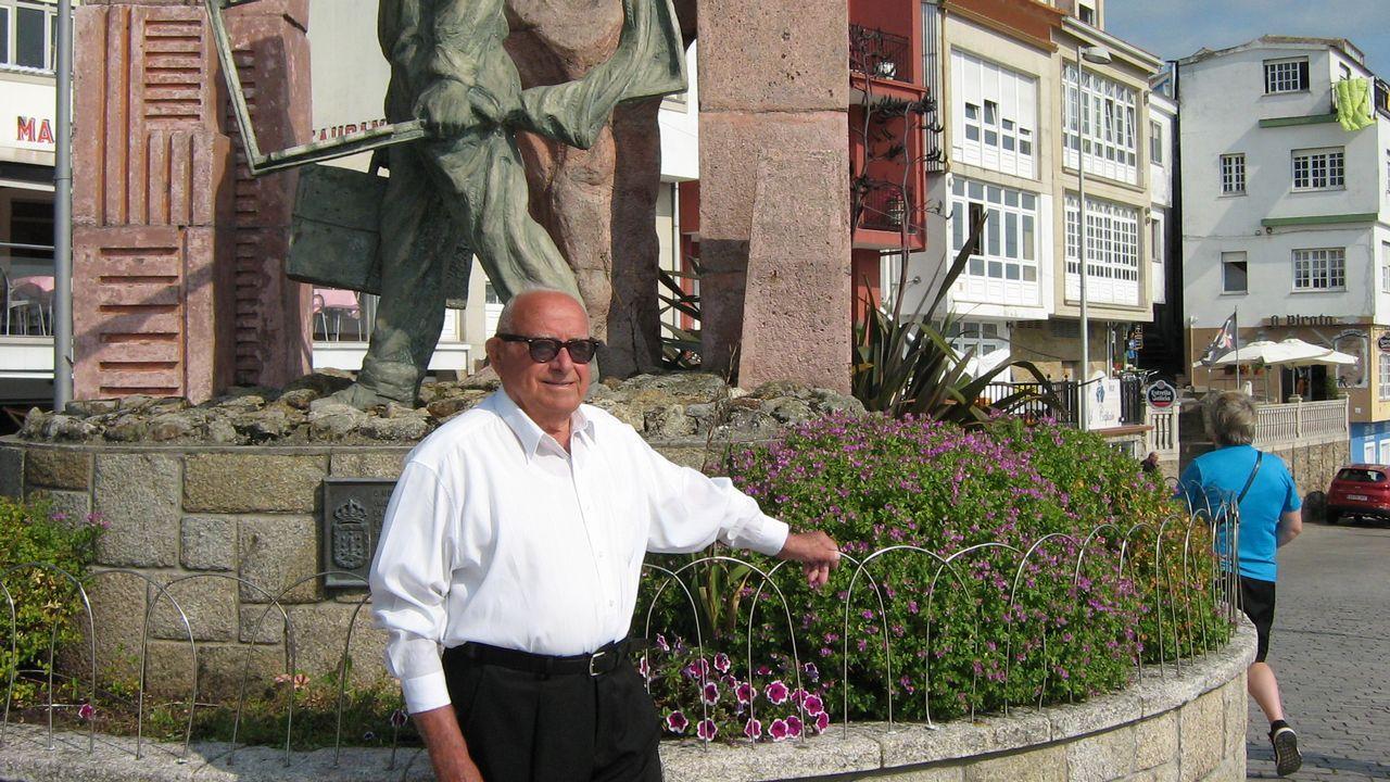 Luis Insua Papín ante el monumento al emigrante en Fisterra en septiembre de 2017