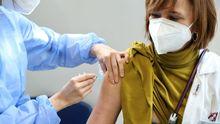 El personal sanitario se vacuna contra el coronavirus