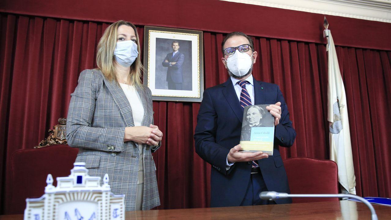 Los dos ediles intercambiaron regalos en el acto por el Día de Ferrol