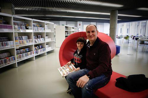 Biblioteca Pública de Ourense.Carlos y Martín Rivo en la sección infantil.