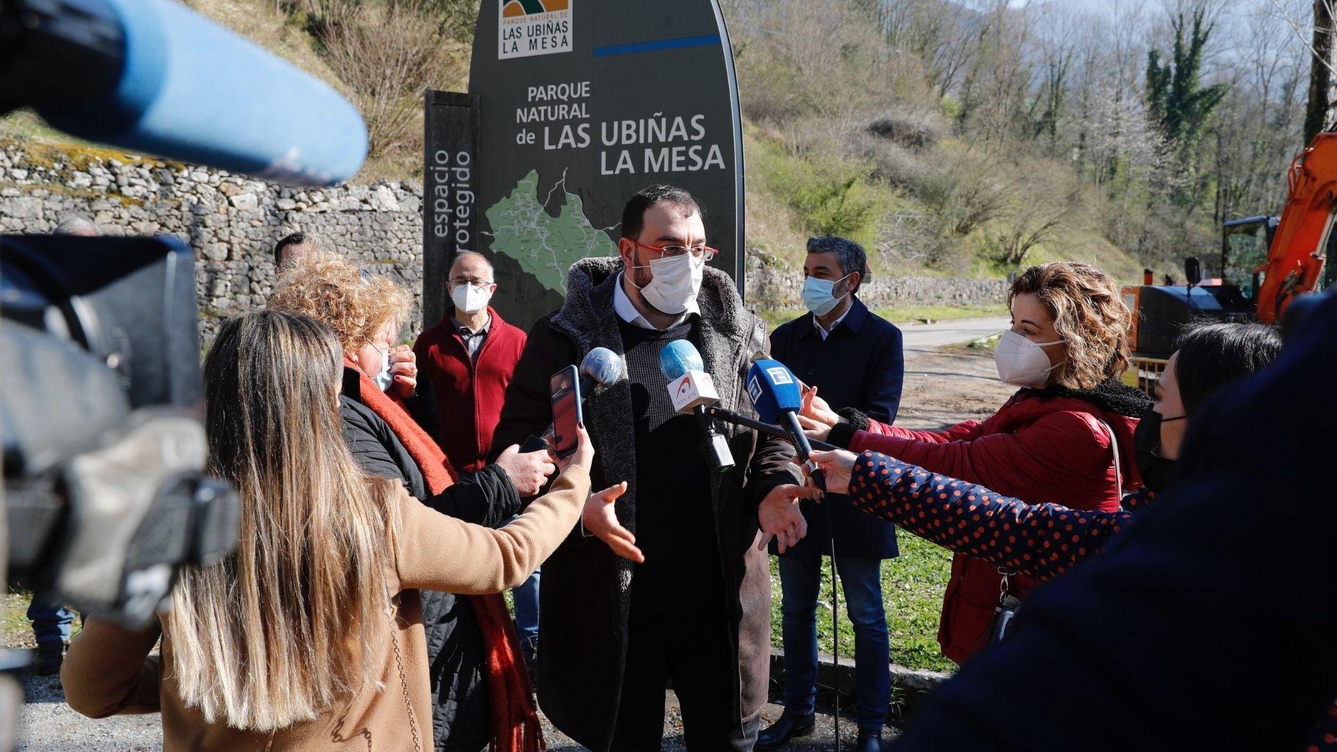 El presidente asturiano, Adrián Barbón, en una visita a la senda del oso
