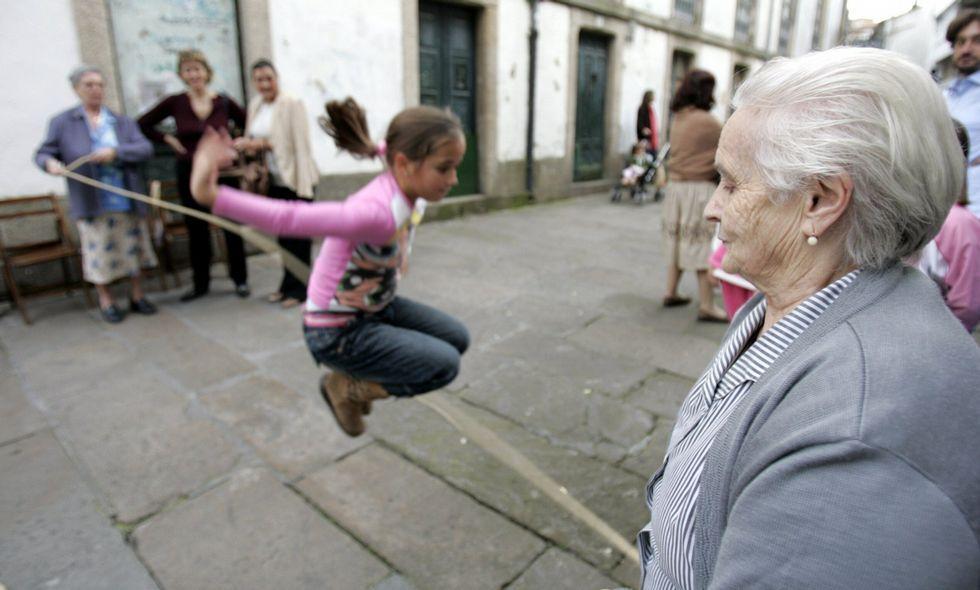 En la imagen de archivo, unos juegos intergeneracionales celebrados en la rúa de A Troia.