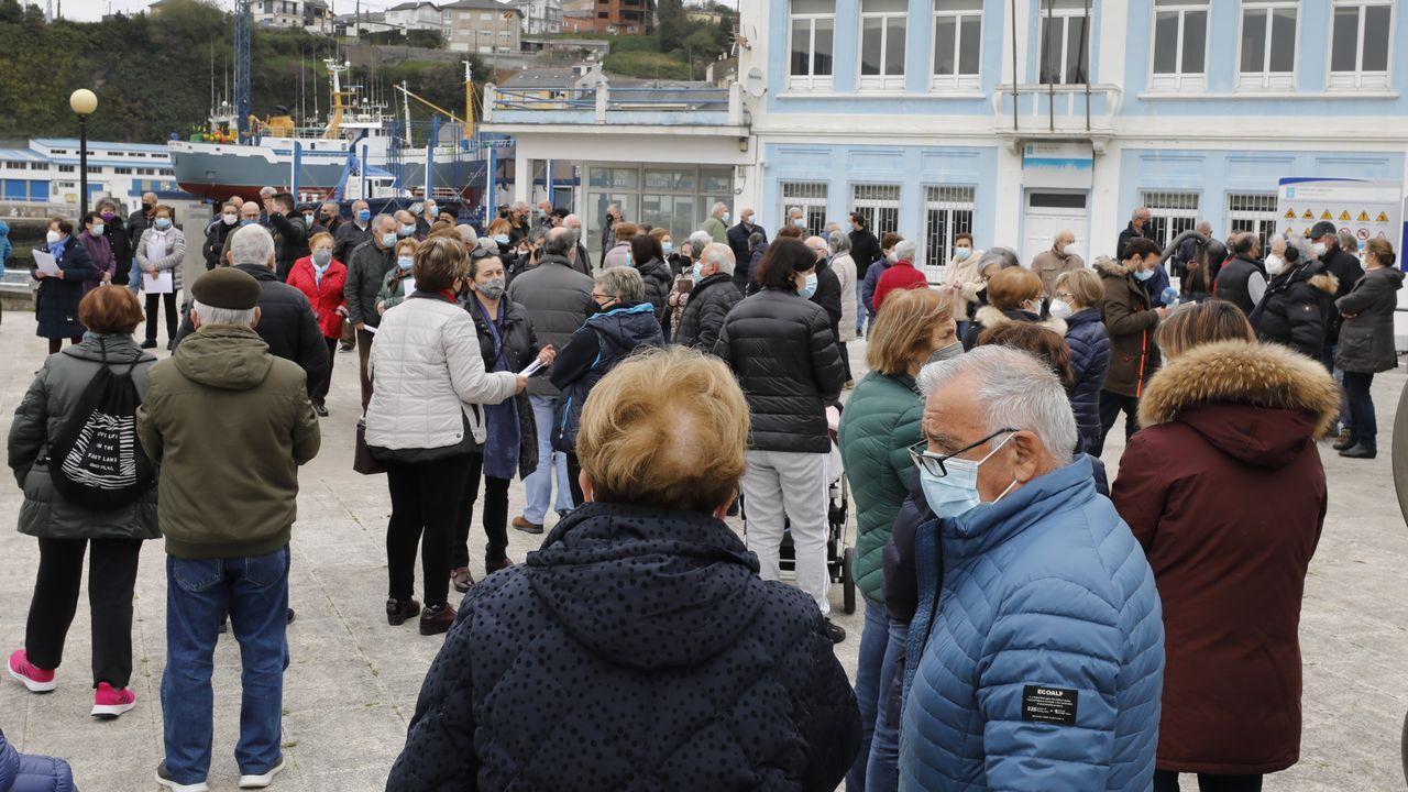 Nueva concentración. Vecinos de Celeiro volvieron a salir este martes a la calle para reclamar la continuidad de la única sucursal que queda abierta, y que prevé cerrar en unos día