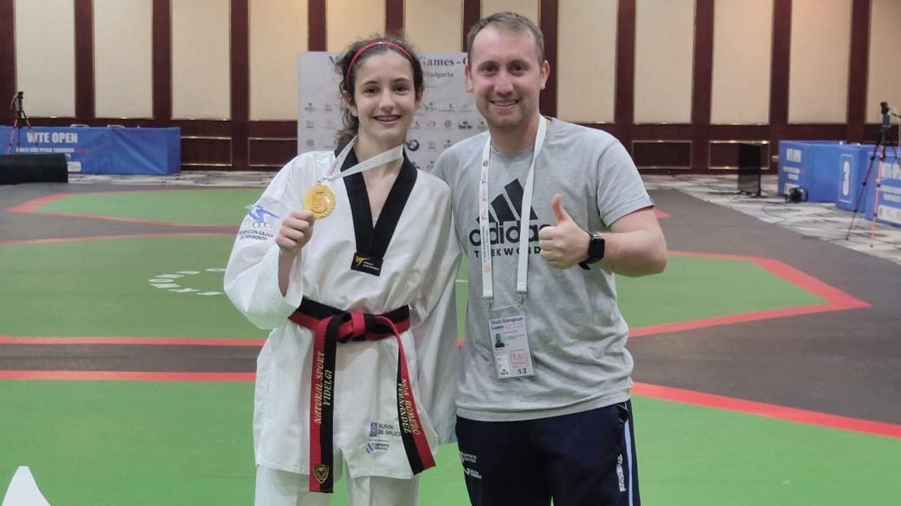Noa Romero y el técnico Pablo Carou posan con la medalla