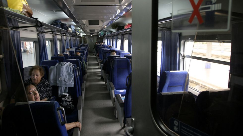 Pasajeros del tren diurno con destino Bilbao, en la estación de Monforte en una fotografía de archivo