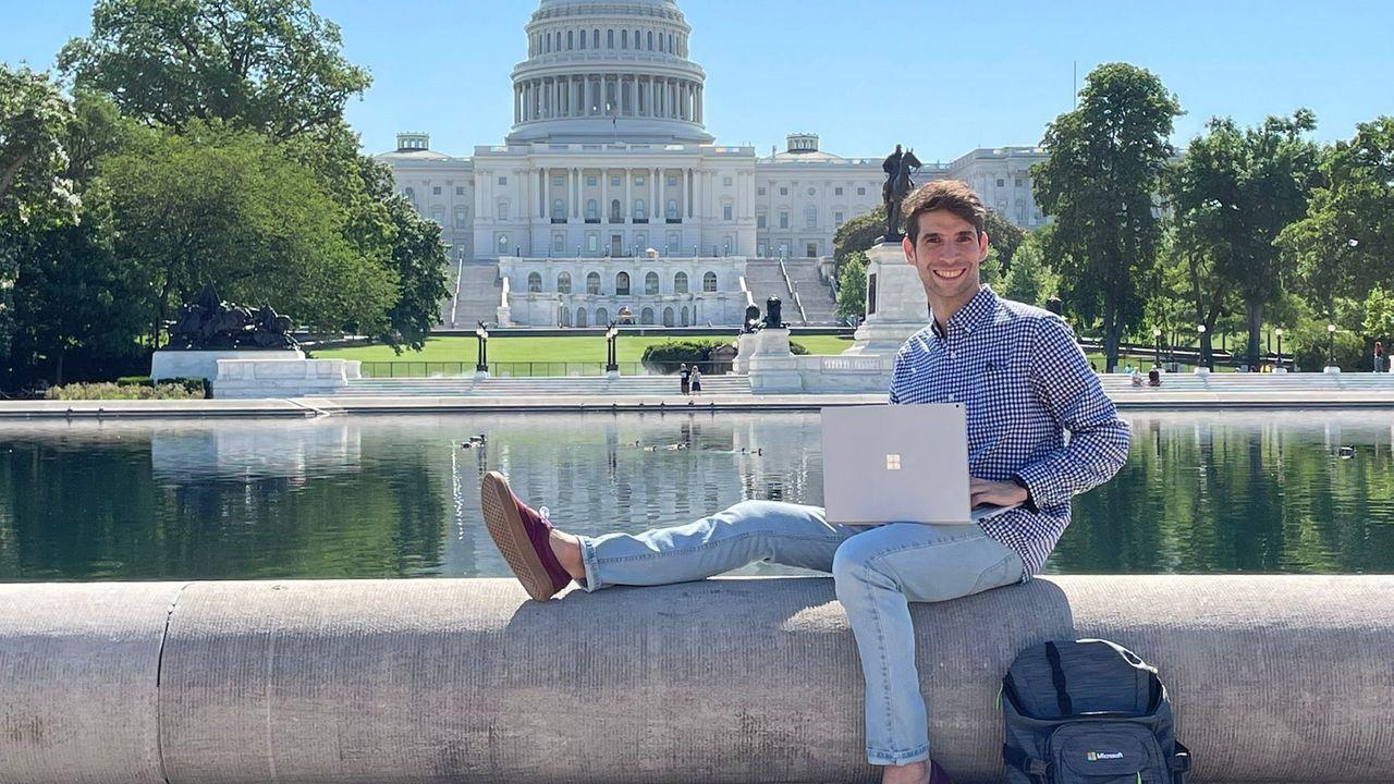 Pardavila, «teletrabajando» desde una fuente ubicada delante del Capitolio de Estados Unidos