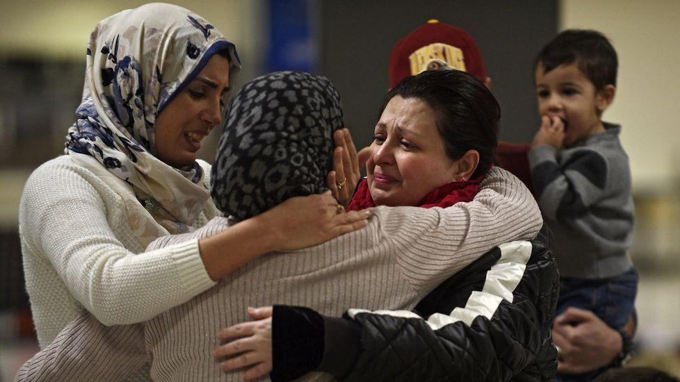 Homenaje a las víctimas del 11M.Una familia iraquí de Woodbrige, Virginia, da la bienvenida a una pariente en el aeropuerto internacional de Duller en Sterling, Virginia