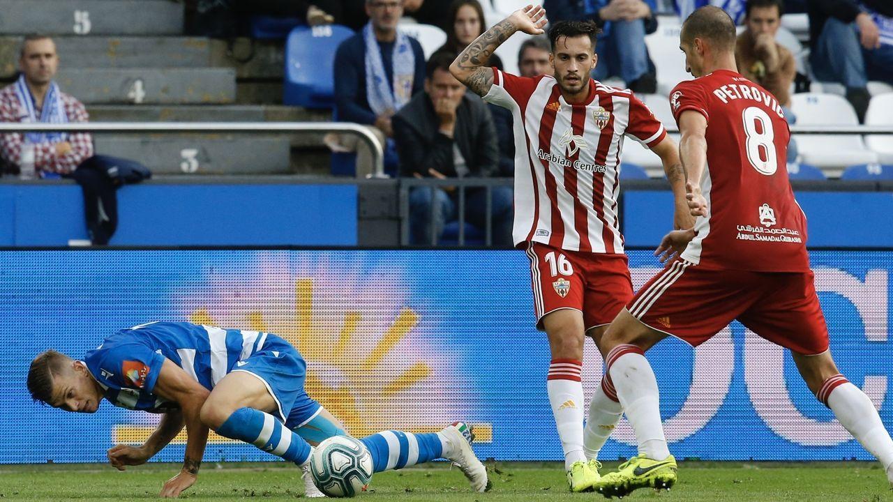 Presentación de Luis César en el Deportivo.Jimmy pugna por un esférico frente al Almería