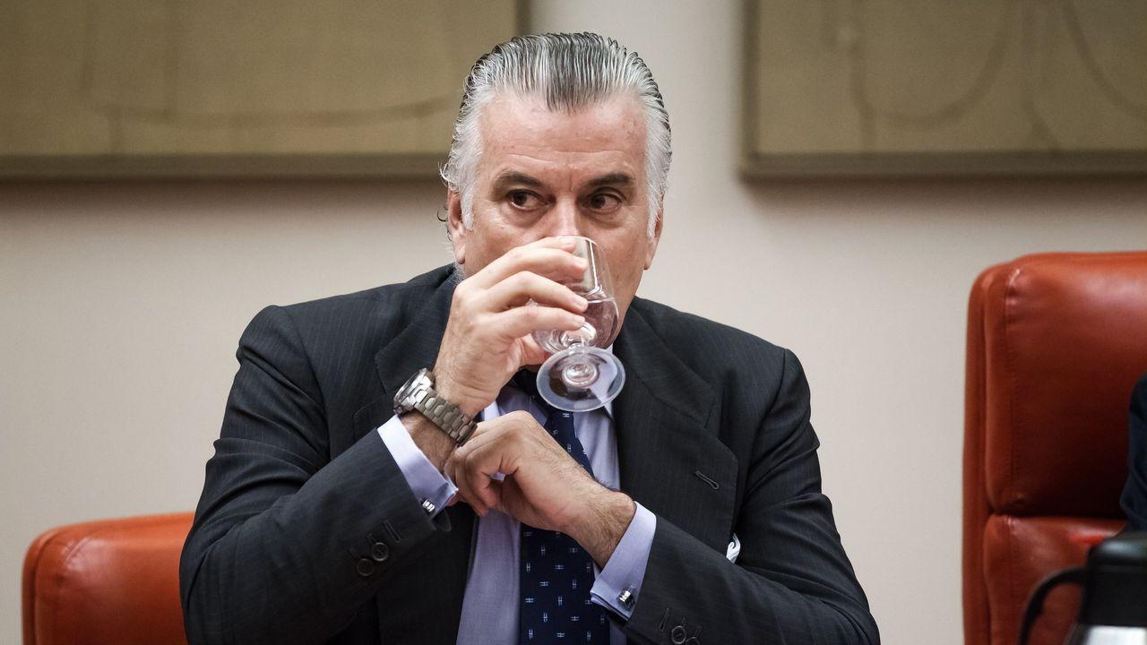 Rajoy, en el centro de la diana de Bárcenas.El extesorero del PP Luis Bárcenas, sentado en el banquillo de los acusados durante la primera sesión del juicio por la caja B