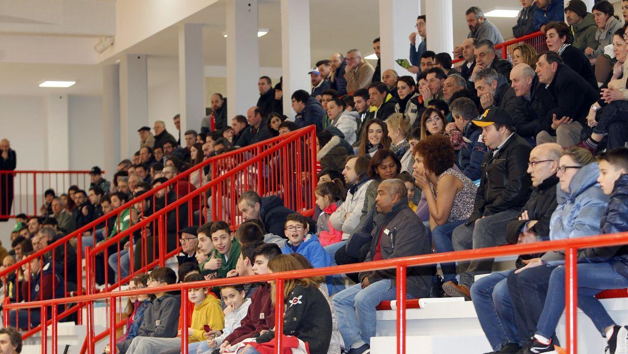 De rojo, los jugadores del Celtas en un momento del derbi con el viveirense Carferlo