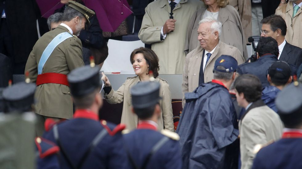 El rey felipe saluda a la vicepresidenta del Gobierno en funciones, Soraya Sáenz de Santamaría