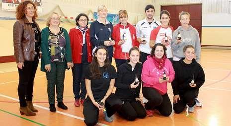Los entrenadoras de los clubes participantes junto a la directiva de Fegerec.